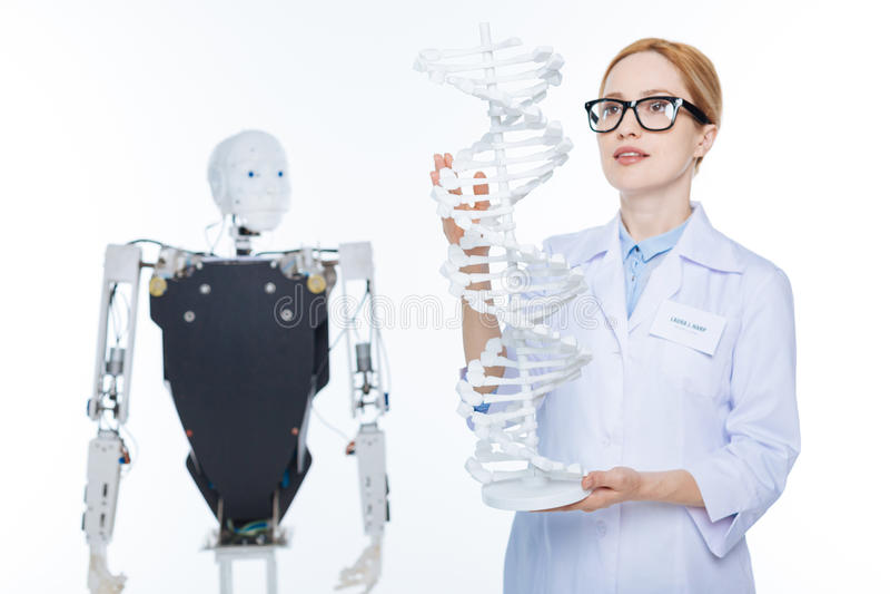 Очаровательная гениальная женщина используя генетические технологии стоковые изображения