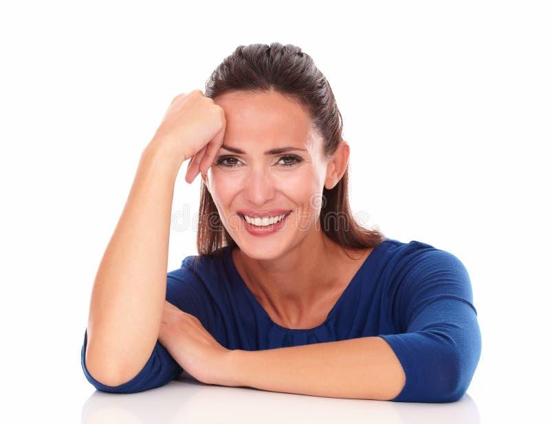 Очаровательная женщина смеясь над и смотря вами стоковое фото