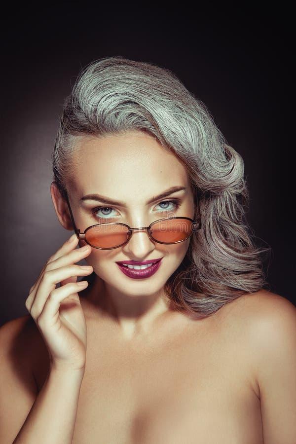 Очаровательная женщина с славным составом и серым цветом волос в стильном s стоковая фотография