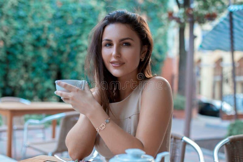 Очаровательная молодая женщина с чашкой чаю стоковая фотография rf