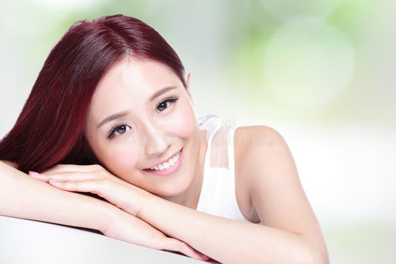 Очаровательная сторона улыбки женщины стоковые изображения