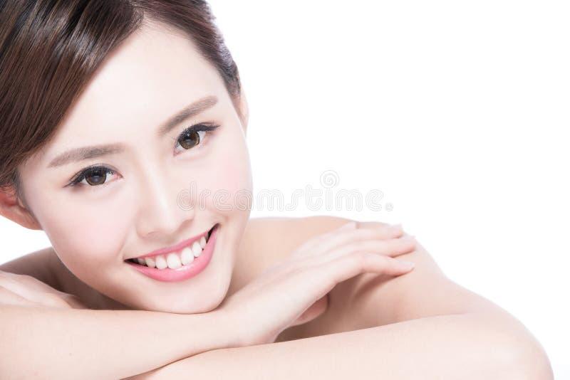 Очаровательная сторона улыбки женщины стоковые фотографии rf