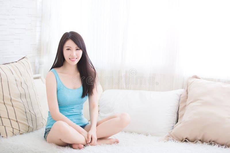 Очаровательная улыбка женщины к вам стоковые фото
