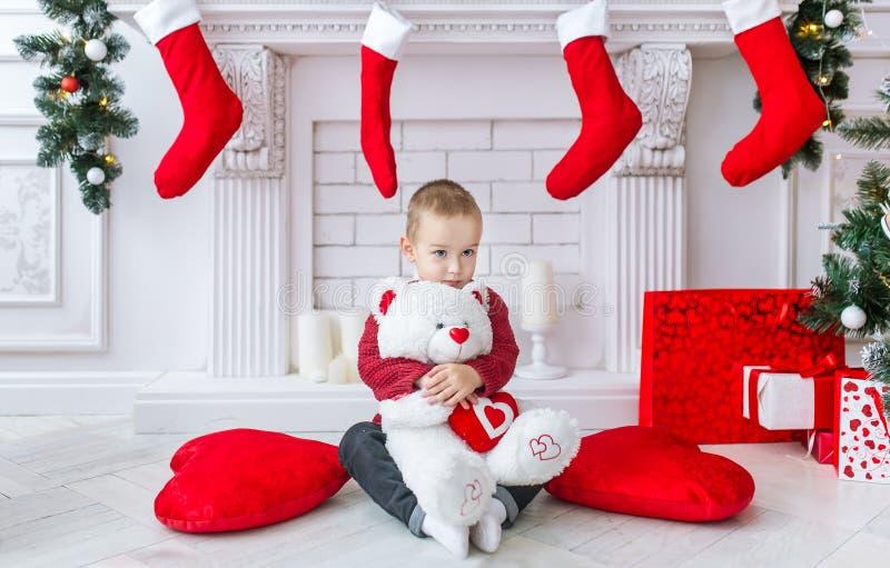 Download Очаровательный мальчик с большим приполюсным медведем игрушки Стоковое Фото - изображение насчитывающей рука, сторона: 81813602
