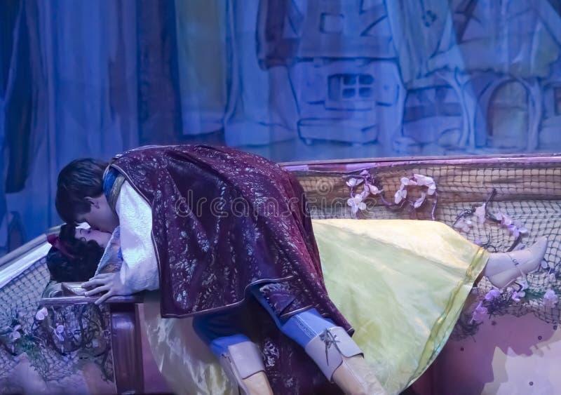 очаровывать ее целуя снежок принца просыпая белизна стоковая фотография