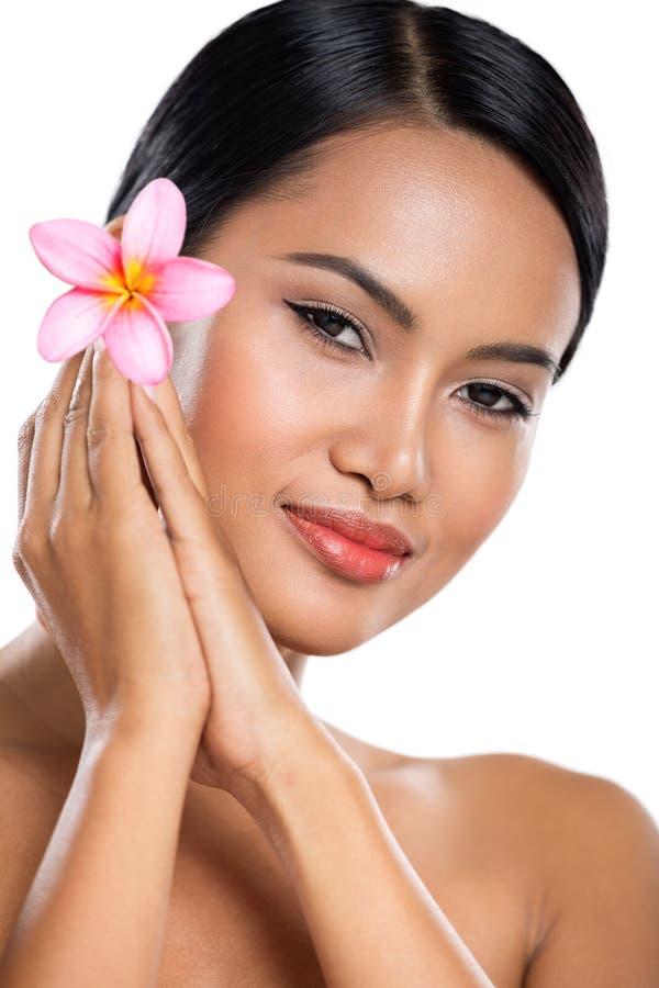 Очаровывая балийская женщина с heathy кожей стоковые фотографии rf