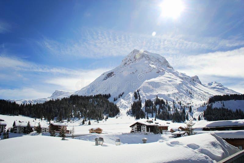 Очаровывая деревня Lech, лыжный курорт в Австрии на зиме стоковые изображения rf