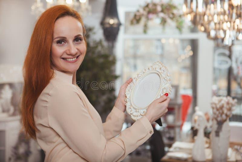 Очаровывая женщина наслаждаясь ходить по магазинам дома магазин оформления стоковое фото rf