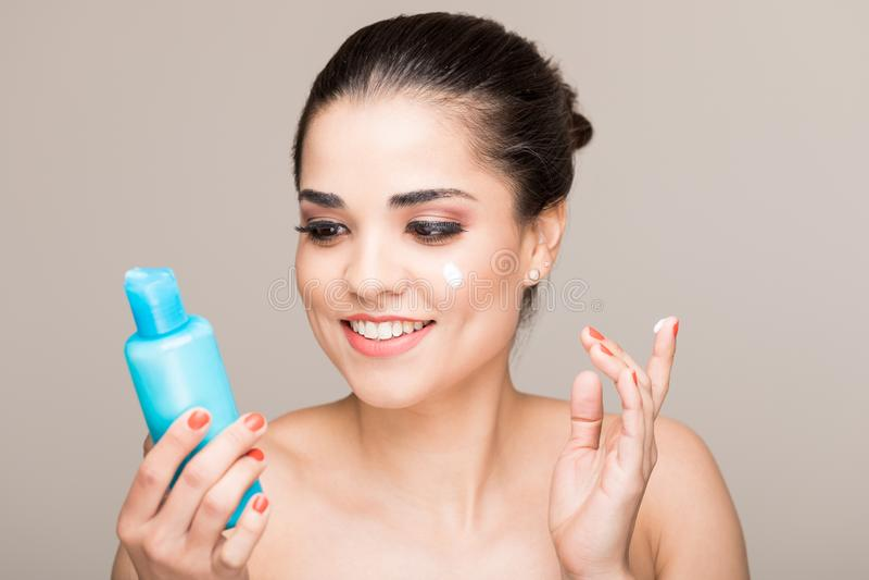 Очаровывая женщина позаботить об ее кожа стоковые фотографии rf