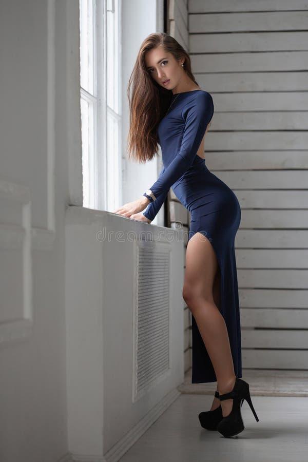 Очаровывая женщина представляя положение стоковое изображение