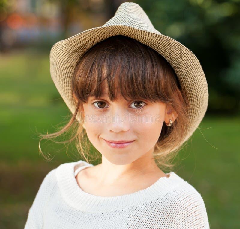 Очаровывая коричнев-наблюданная девушка в стильной шляпе стоковая фотография rf
