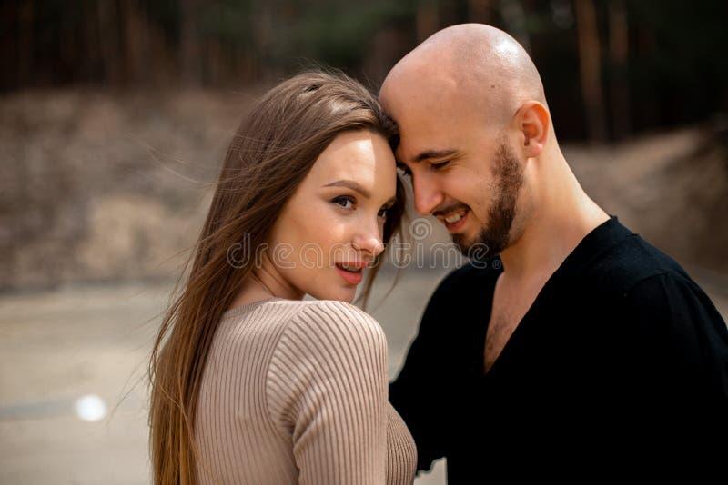 Очаровывая молодые пары в любов стоковое изображение