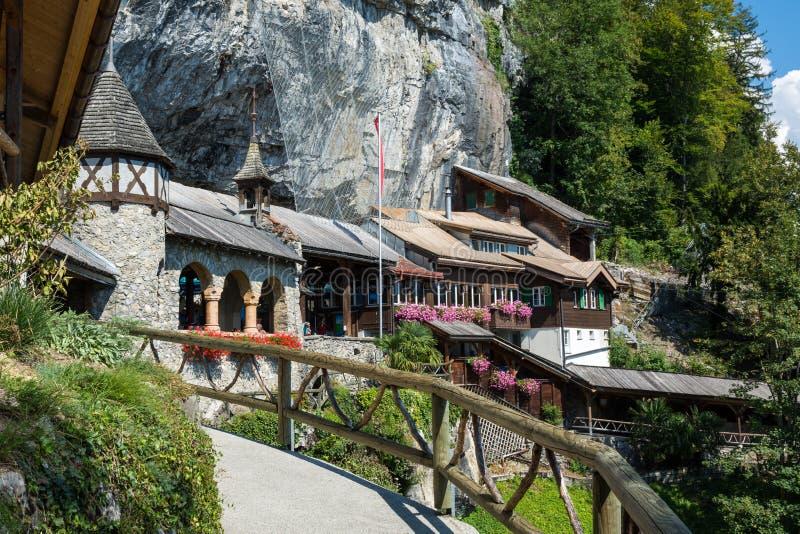 Очаруйте здание к пещерам St Beatues в кантоне Bern, Switze стоковые изображения rf