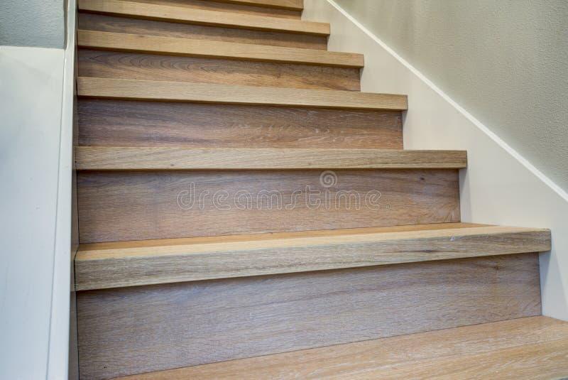 Очаруйте интерьер прихожей с взглядом детали лестницы стоковое фото