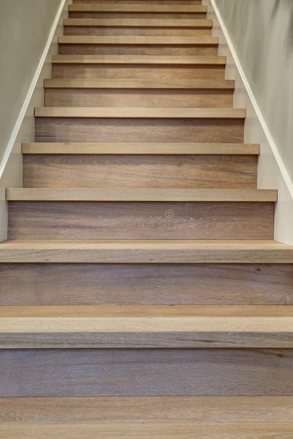Очаруйте интерьер прихожей с взглядом детали лестницы стоковое изображение