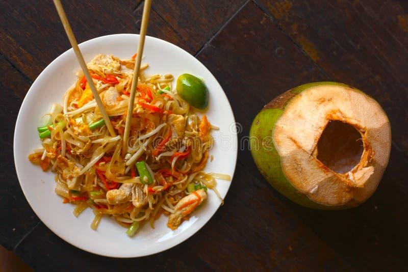 Очень вкусная божественная тайская пусковая площадка тайская с известкой морепродуктов и японской ручкой стоковые фотографии rf