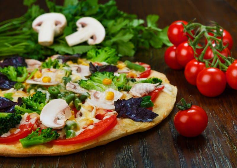 Очень вкусная вегетарианская пицца с грибами стоковые изображения