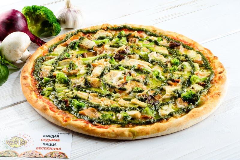 Очень вкусная домодельная итальянская пицца с грибами и брокколи дальше стоковая фотография rf