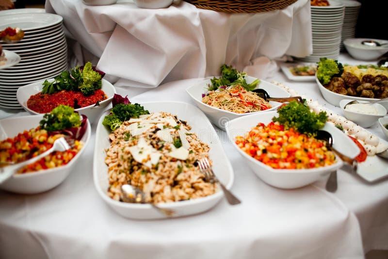 Очень вкусная еда во время торжества как свадьба или другие праздненства стоковые изображения