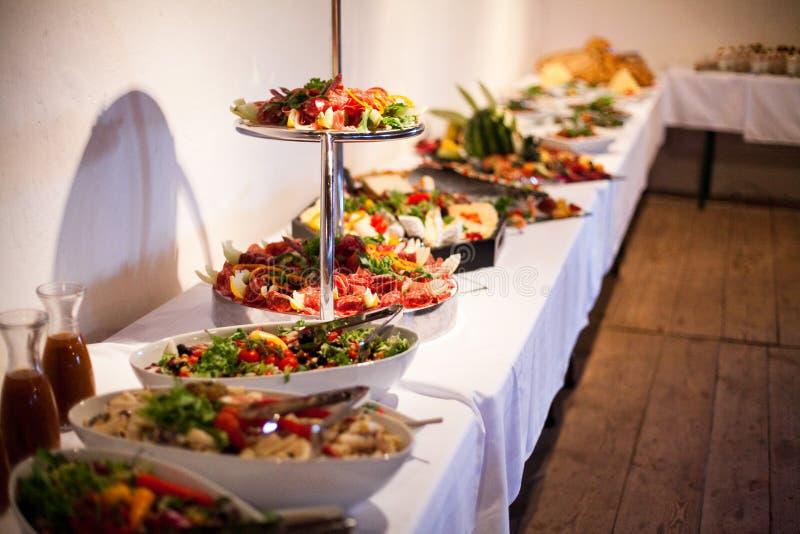 Очень вкусная еда во время торжества как свадьба или другие праздненства стоковые фотографии rf