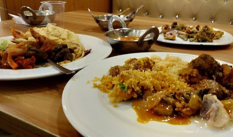 Очень вкусная еда в таблице стоковая фотография rf