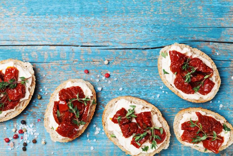 Очень вкусная закуска и закуска Обваляйте куски в сухарях с плавленым сыром и высушенными солнцем томатами на деревянном столе св стоковые фотографии rf