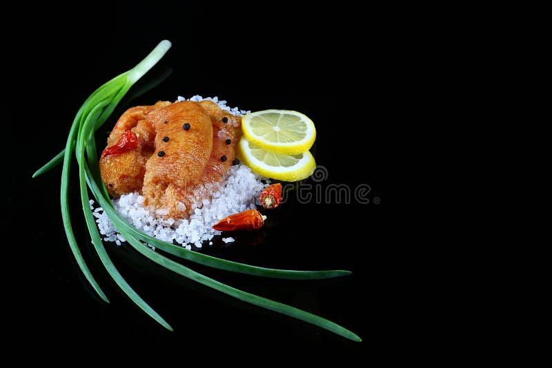 Очень вкусная икра, крупный план косуль, положение икры щуки плоское на соли моря белом, лимоне отрезает зеленые луки, накаленный стоковые фотографии rf