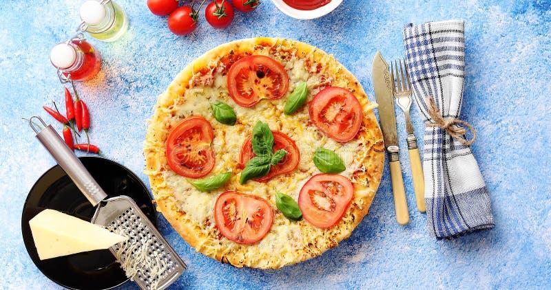 Очень вкусная итальянская пицца служила на таблице голубого камня, съемке сверху стоковые фотографии rf