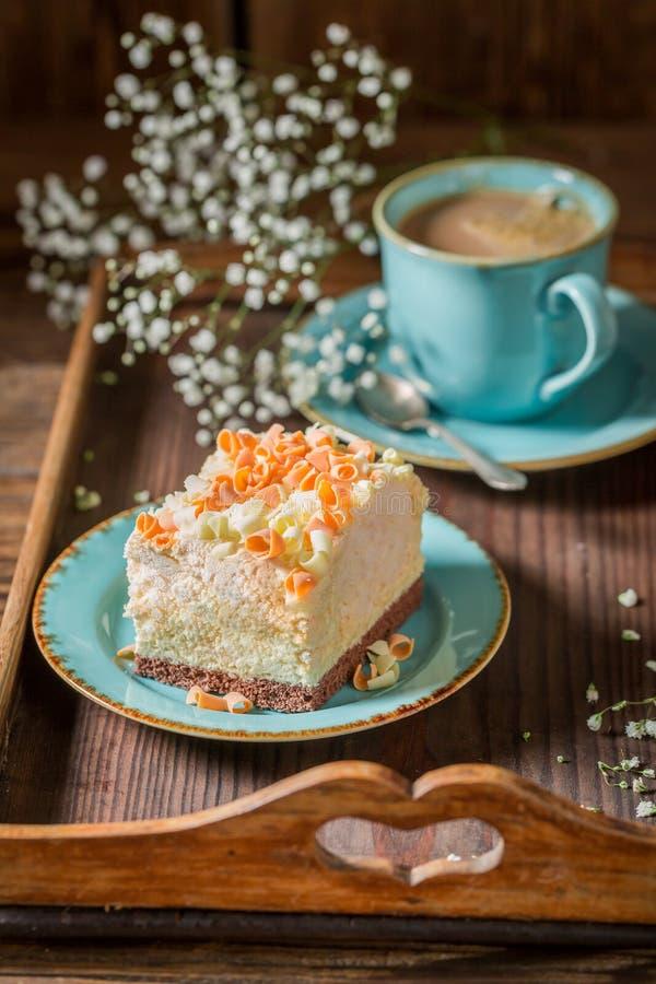 Очень вкусная и сладостная меренга с шоколадом и кофе стоковые фотографии rf