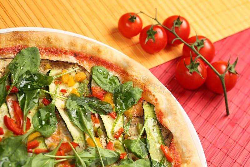 Очень вкусная пицца на деревянной плите стоковое изображение