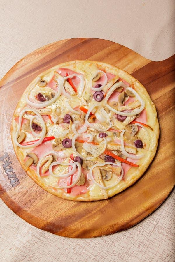 Очень вкусная пицца служила на деревянной плите - Imagen стоковое фото