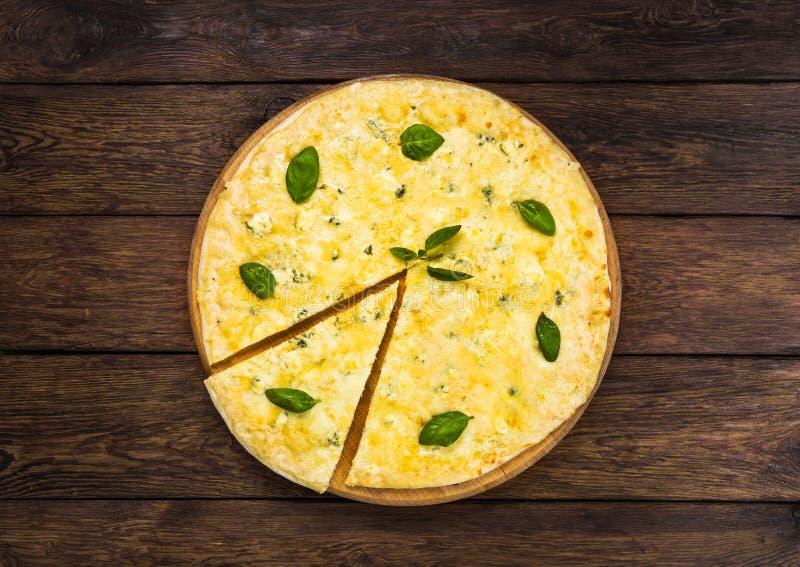 Очень вкусная пицца сыра 4 с листьями базилика стоковые изображения