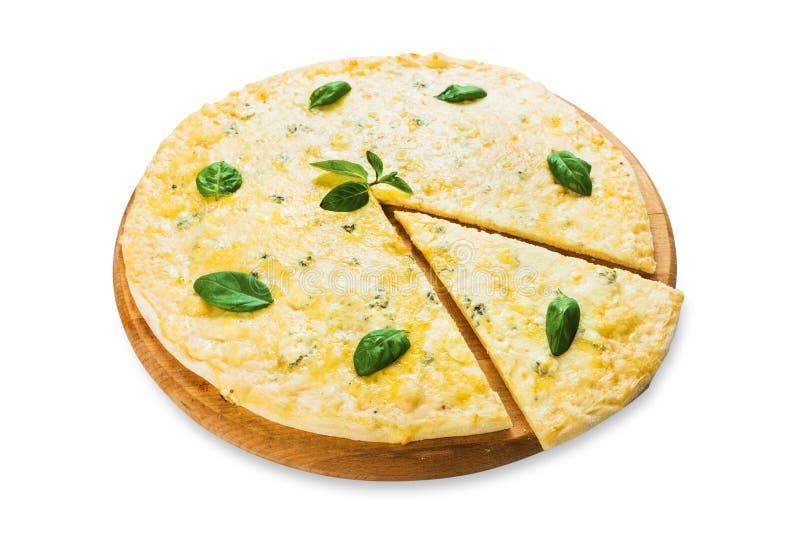 Очень вкусная пицца сыра 4 с листьями базилика стоковые фото