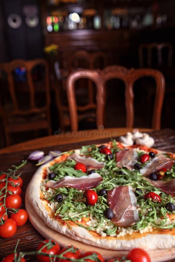 Очень вкусная пицца с ветчиной и перцами стоковая фотография rf