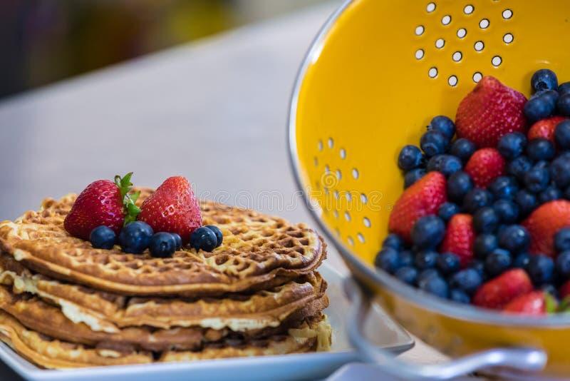 Очень вкусная плита waffles служила с ягодами стоковые изображения