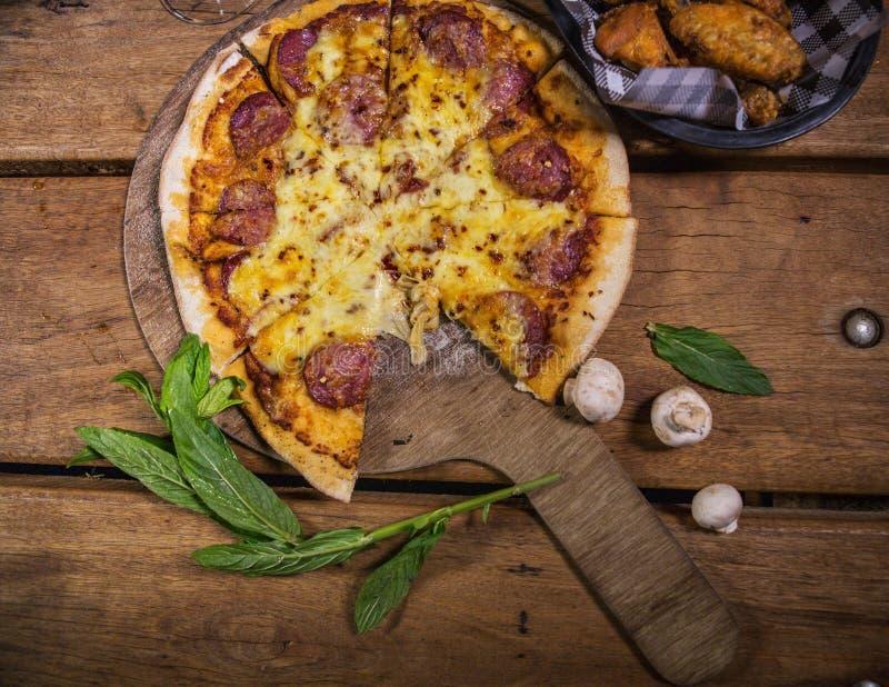 Очень вкусная свежая сделанная пицца стоковая фотография
