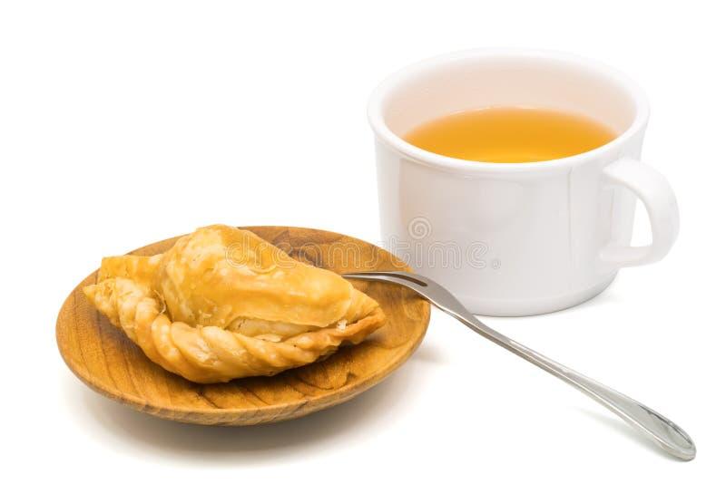Очень вкусная слойка карри в деревянной плите и чашке чаю стоковая фотография rf