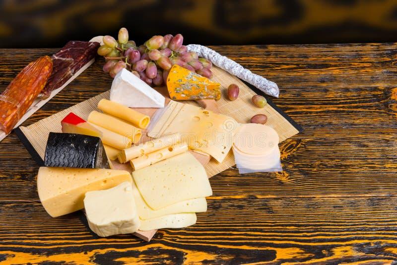 Очень вкусная сырная доска на таблице шведского стола стоковые фотографии rf
