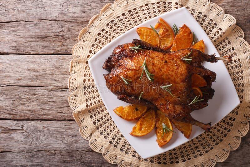 Очень вкусная утка жаркого с апельсинами на плите Горизонтальная верхняя часть соперничает стоковые изображения rf