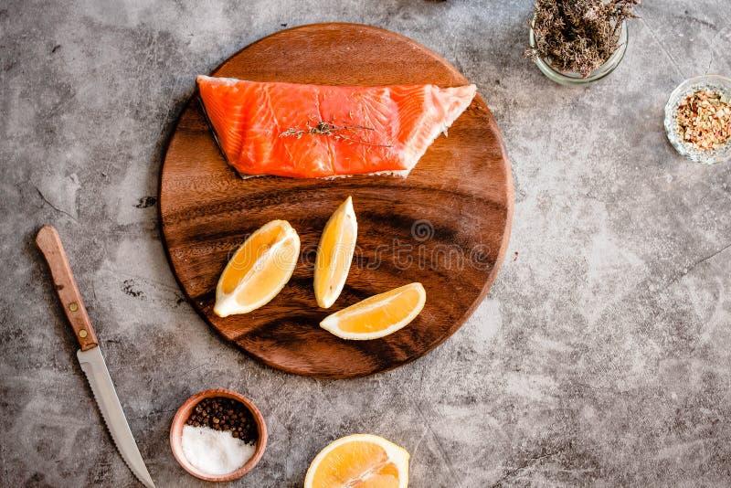Очень вкусная часть свежего филе семг с ароматичными травами, специями и овощами - здоровой едой, диетой или концепцией варить стоковые изображения