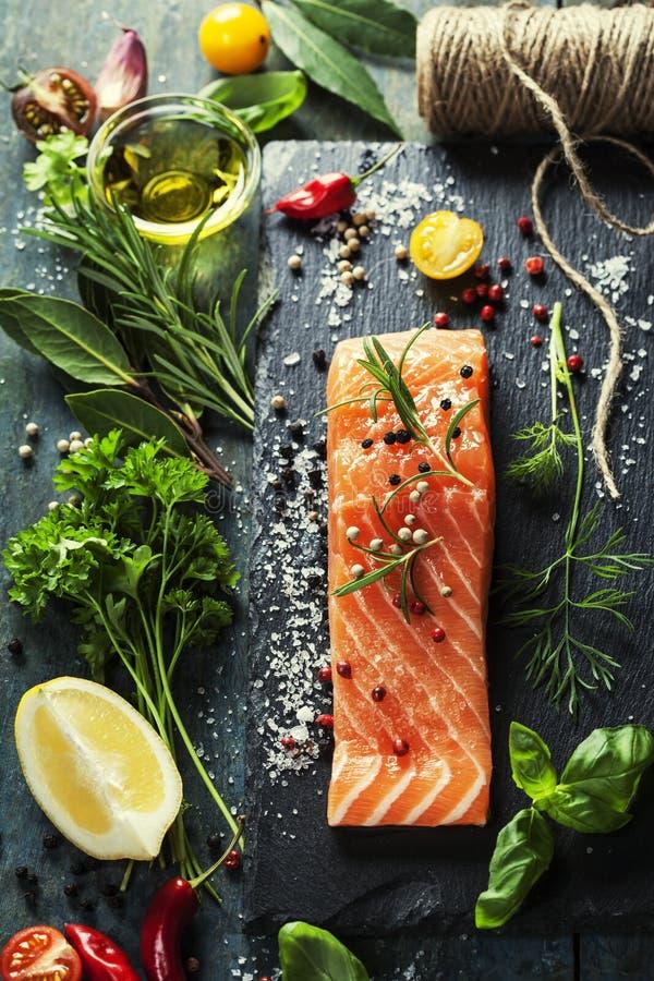 Очень вкусная часть свежего salmon филе с ароматичными травами, стоковое изображение