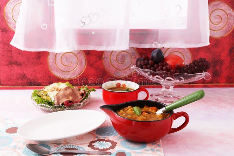 Очень вкусное карри с салатом стоковое изображение