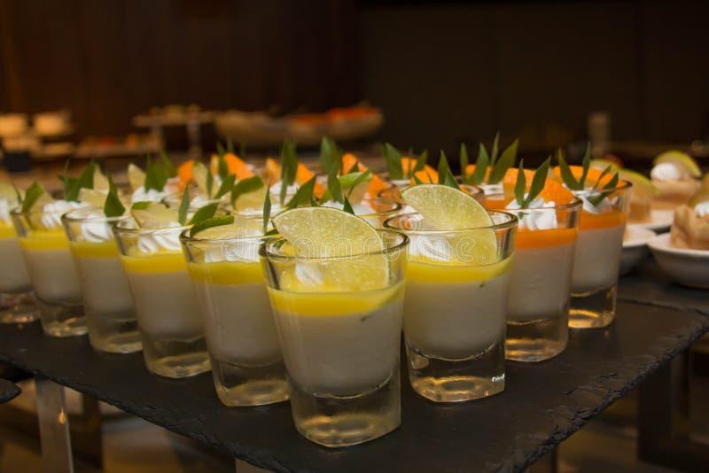 Очень вкусное мини украшение десертов в стекле стоковые фотографии rf