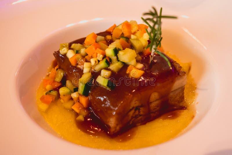 Очень вкусное мясо телятины с соусом и овощами, блюдом свадьбы стоковая фотография