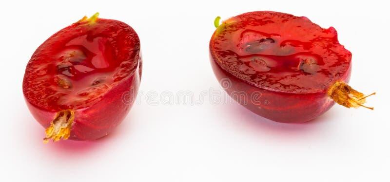 Очень вкусное терновое красное hirtellum смородины крыжовников - ехал разделение крыжовника открытое в половине стоковое фото