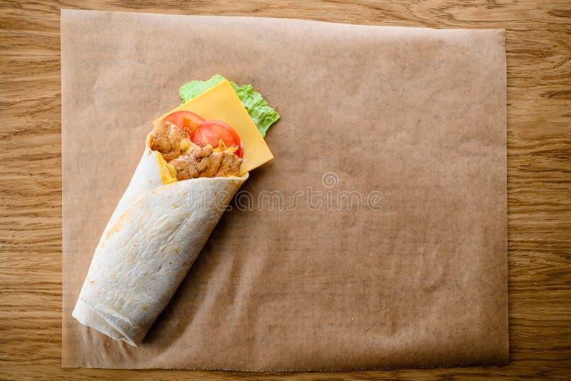 Очень вкусное Shawarma на таблице в ресторане фаст-фуда с полисменом стоковые фото