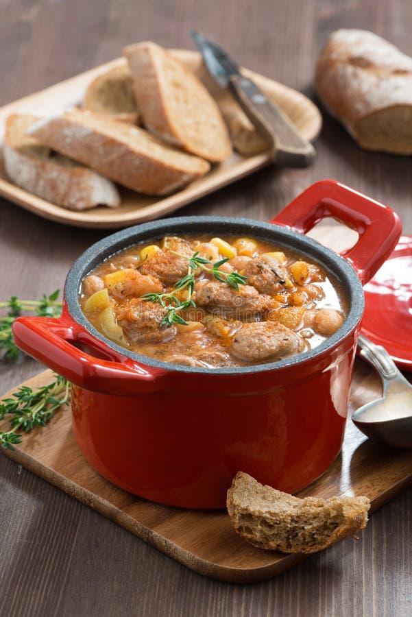 Очень вкусное vegetable тушёное мясо с сосисками в лотке, вертикальном стоковое изображение