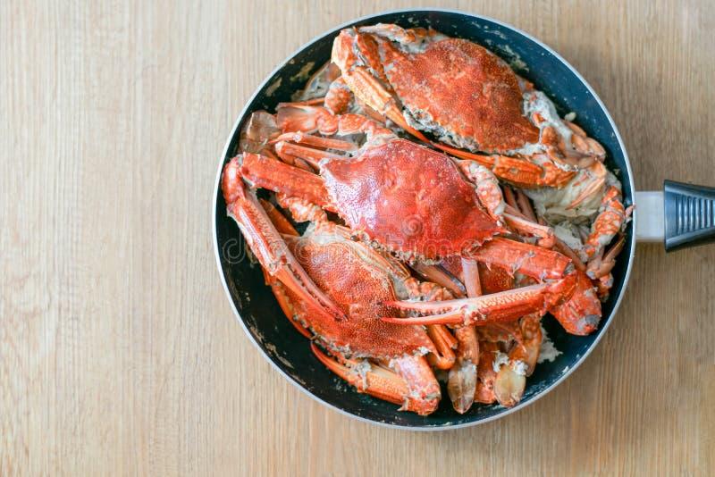 Очень вкусные большие морепродукты краба на лотке стоковое фото