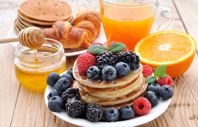 Очень вкусные блинчики с ягодами Здоровое BreakfastPancakes стоковые фотографии rf