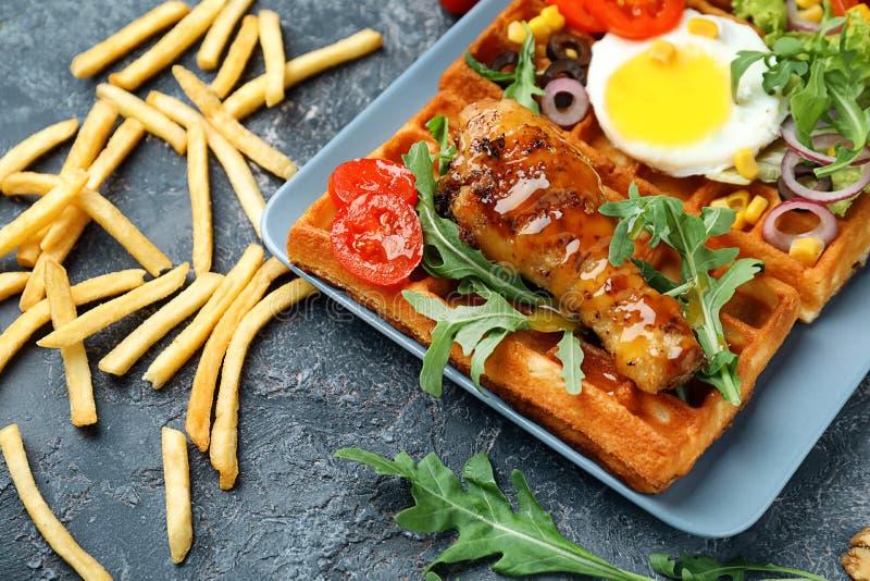 Очень вкусные вафли с цыпленком и яичницей на плите стоковое изображение